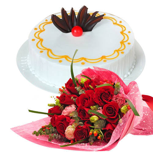 Heavenly Selection of Red Color Roses Bunch with Vanilla Cake